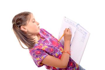 écolière écrit sur un agenda la rentrée des classes