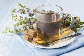 Taza de poleo menta manzanilla te para medicina alternativa