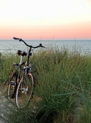 Fahrrad bei Sonnenuntergang am Strand