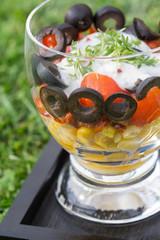 Salat Schwarz rot Gold auf Rasen