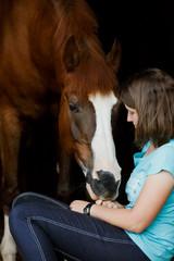 Vertrautheit zwischen Pferd und Frau