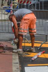 Lavoratore con martello pneumatico