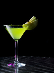 appletini cocktail with apples slices