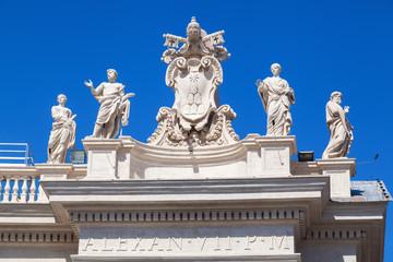 alte Skulpturen auf den Kolonnaden am Petersplatz in Rom
