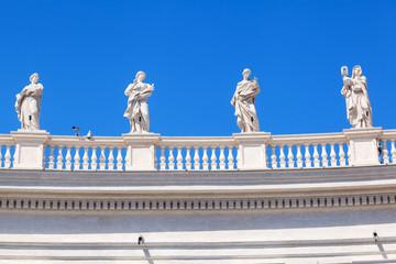 historische Kolonnaden am Petersplatz in Rom