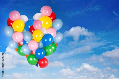 Geburtstagsluftballons am Himmel - 68076704