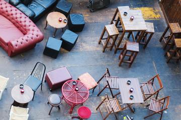 kunterbunte Tische und Stühle eines Straßenrestaurants