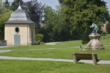 Pelouse et l'un des pavillons du Jardin des Fleurs