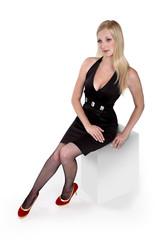 Dziewczyna, blondynka w czarnej sukience