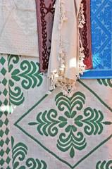 Artigianato sardo, tessuti e tappeti al mercato di San Pantaleo