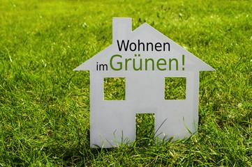 Haus auf Wiese mit Wohnen im Grünen