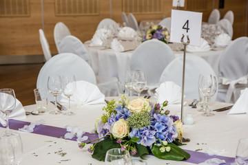 Hochzeitstisch mit Brautstrauß
