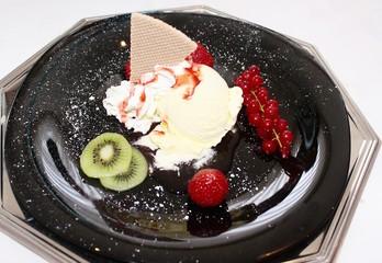 Dessert Eiscreme mit Fruechten