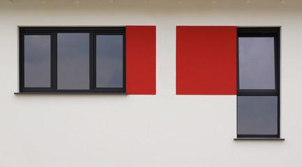 Moderne Fenster in heller Fassade