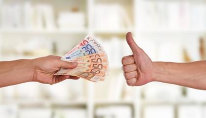 Hand reicht Geld - Daumen hoch