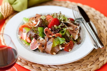 jamon salad with figs and strawberries