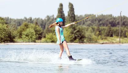 Junge Frau beim Wassersport