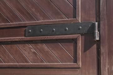 старинная навесная петля на двери