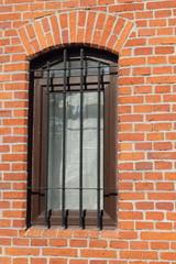 окно в кирпичном здании