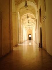 lungo corridoio con arcate
