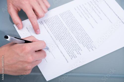 einen vertrag unterzeichnen - 68115374