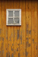 Hintergrund marode Holzfassade mit mangelhaftem Holzschutz