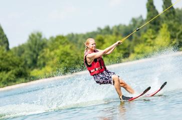 Sportliche Frau auf Wasserskiern