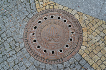 Hatch cover with the image of a mineral source in Karlovy Vary,