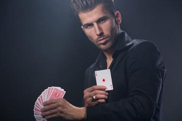 Magier mit Kartentrick
