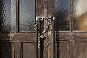 alte Tür mit Vorhängeschloss © Matthias Buehner