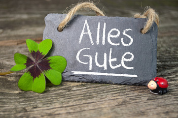 Kreidetafel mit Kleeblatt und Marienkäfer und Alles Gute