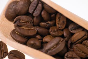 Kaffeebohnen auf einer Dosierschaufel