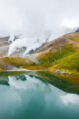 大雪山旭岳の噴煙に姿見の池と登山者