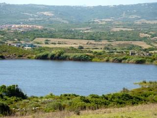 piccolo lago in Gallura, Sardegna, Italia