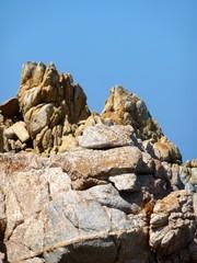 rocce di granito contro il cielo blu