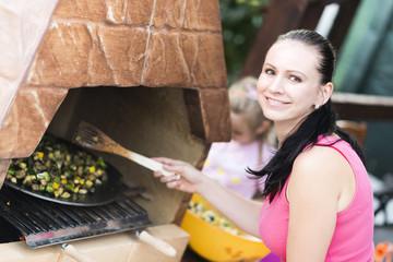 femme preparer barbecue