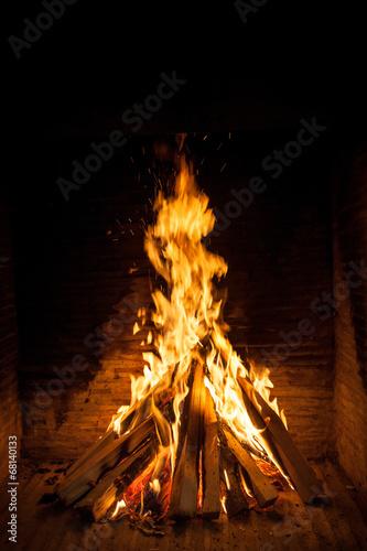 mata magnetyczna spalanie drewna w otwartym kominkiem