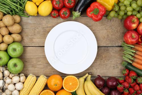 canvas print picture Gemüse und Früchte mit leerem Teller