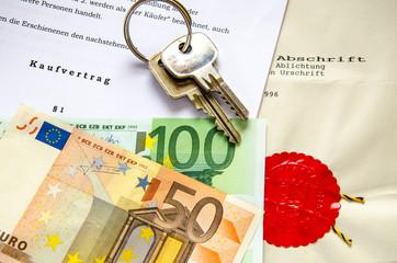 Kaufvertrag mit Euroscheinen und Schluessel