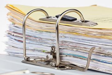 Akten Ordner mit Schriftstücken und Dokumenten