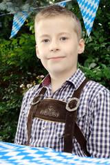 Junge in Lederhose auf Oktoberfest