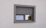 Dunkles Kunststofffenster in perspektivischer Darstellung