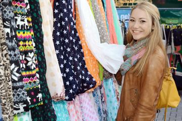 Frau beim Shoppen auf Markt