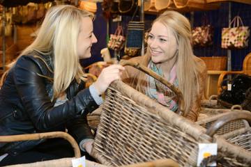 Freundinnen kaufen Korb auf Handwerker-Markt