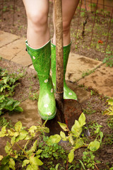 Gartenarbeit mit Gummistiefel und Schaufel