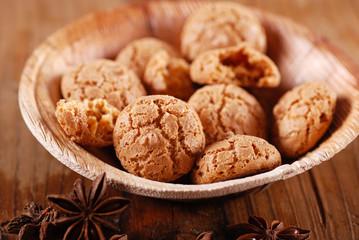 biscotti amaretto nella ciotola di legno