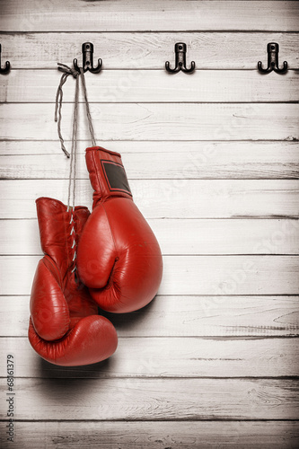 Papiers peints Combat Boxing gloves hanging on wooden wall