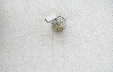 Überwachungskameras auf Betonwand