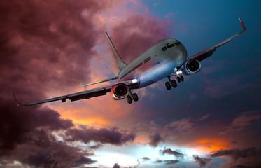 Passagierflugzeug Landeanflug am Abend