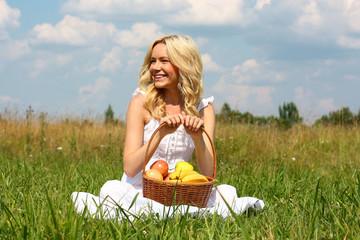 красивая девушка с корзиной фруктов